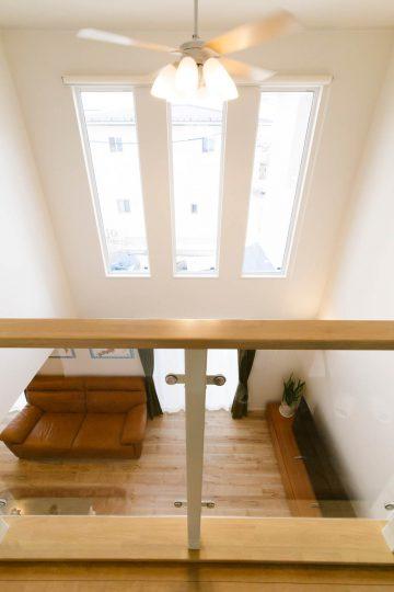 吹き抜けと大きな窓で圧倒的な開放感のある家の写真