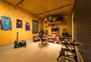 薪ストーブを中心に据えた アメリカンスタイルの家の写真